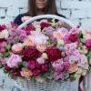 Шикарная корзина с пионами и розами