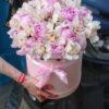 Коробка с орхидеями и пионами